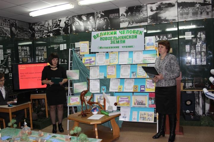 О знаменитом земляке-поэте собравшимся рассказывают работники Дятловской центральной районной библиотеки