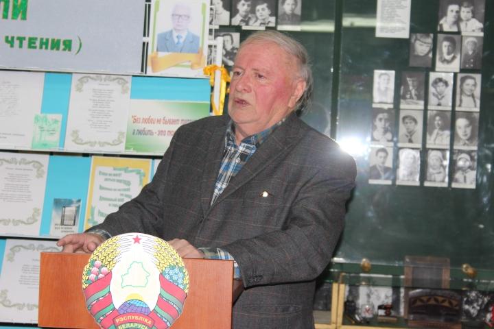 Земляки Евгения Матвеева знакомят собравшихся с собственными переводами его творчества на беларускую мову
